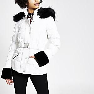 Veste cintrée matelassée blanche avec capuche en fausse fourrure