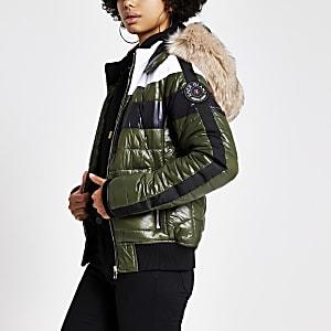 Gefütterte Jacke in Khaki mit Kunstfellkapuze in Hochglanz