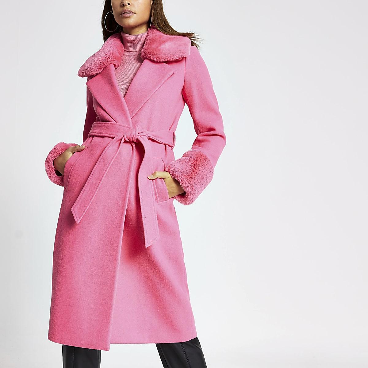 Manteau long rose bordé de fausse fourrure avec ceinture