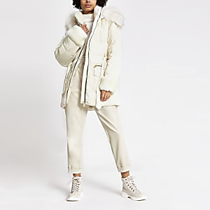 Crèmekleurige gewatteerde jas met ceintuur en randen van imitatiebont