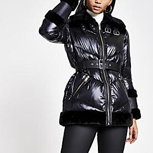 Zwarte gewatteerde jas met afwerking van imitatiebont en ceintuur