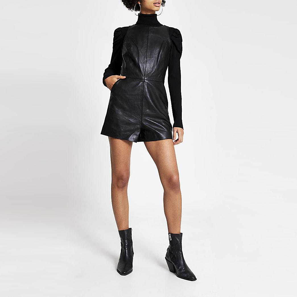 Schwarzer, ärmelloser Spielzanzug aus Leder mit V-Ausschnitt