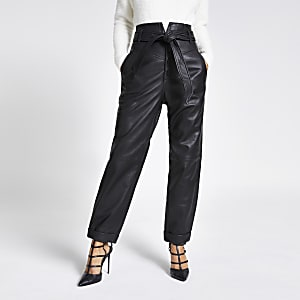 Zwarte leren smaltoelopende broek met strikceintuur