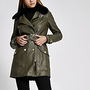 Jacke mit Gürtel in Khaki aus Kunstleder