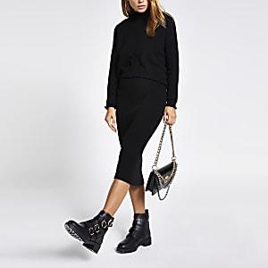 Schwarzes Kleid in Lagenoptik