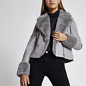 Perfecto en cuir matelassé gris avec manchettes en fausse fourrure