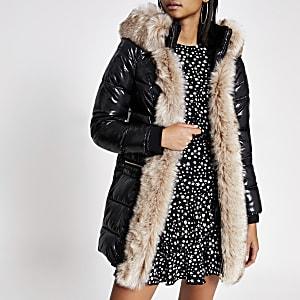 Schwarzer, gefütterter Mantel mit Gürtel und Kapuze und Kunstfellbesatz