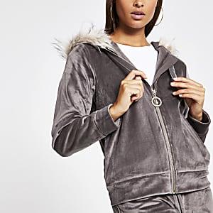 Sweaten velours gris à capuche bordéede fausse fourrure
