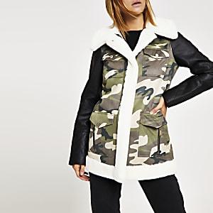 Veste camouflage kaki bordée de fausse fourrure