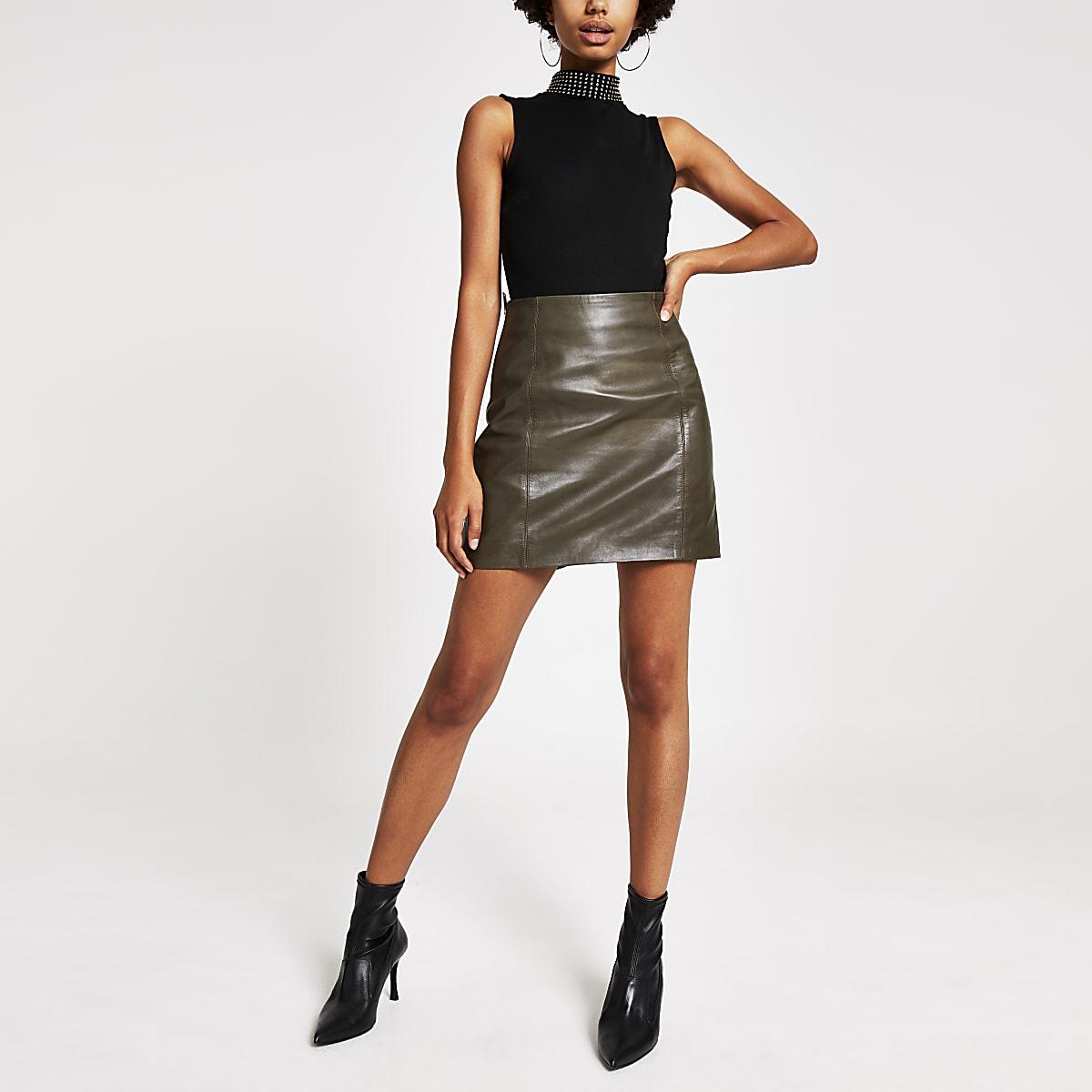 Mini-jupe en cuir kakizippée sur le côté