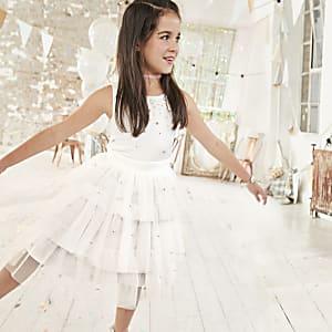 Weißes, verziertes Kleid für Blumenmädchen
