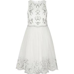 Weißes, besticktes Kleid für Blumenmädchen