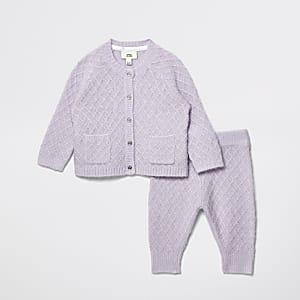 Gebreide baby-outfit in paars met engelvleugeltjes