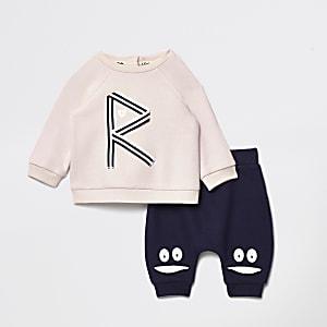 Outfit mit Sweatshirt in Pink