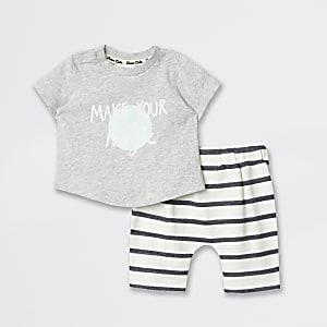 Outfit mit grauem T-Shirt mit Print