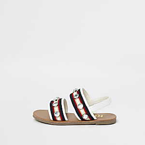 Weiße, flache Sandalen mit Strassverzierung