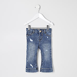 Blaue, ausgestellte Jeans im Used-Look