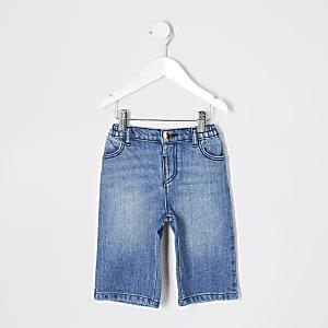 Blaue Jeans mit weitem Beinschnitt