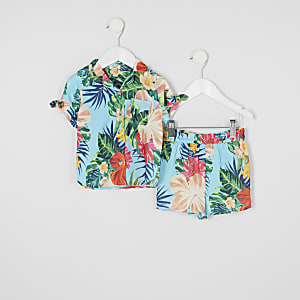 Outfit mit blauem Hemd mit tropischem Print