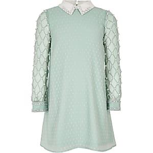Hellgrünes Kleid mit perlenverziertem Kragen