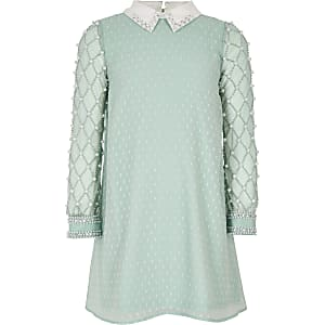 Lichtgroene jurk met kraag en parelversiering