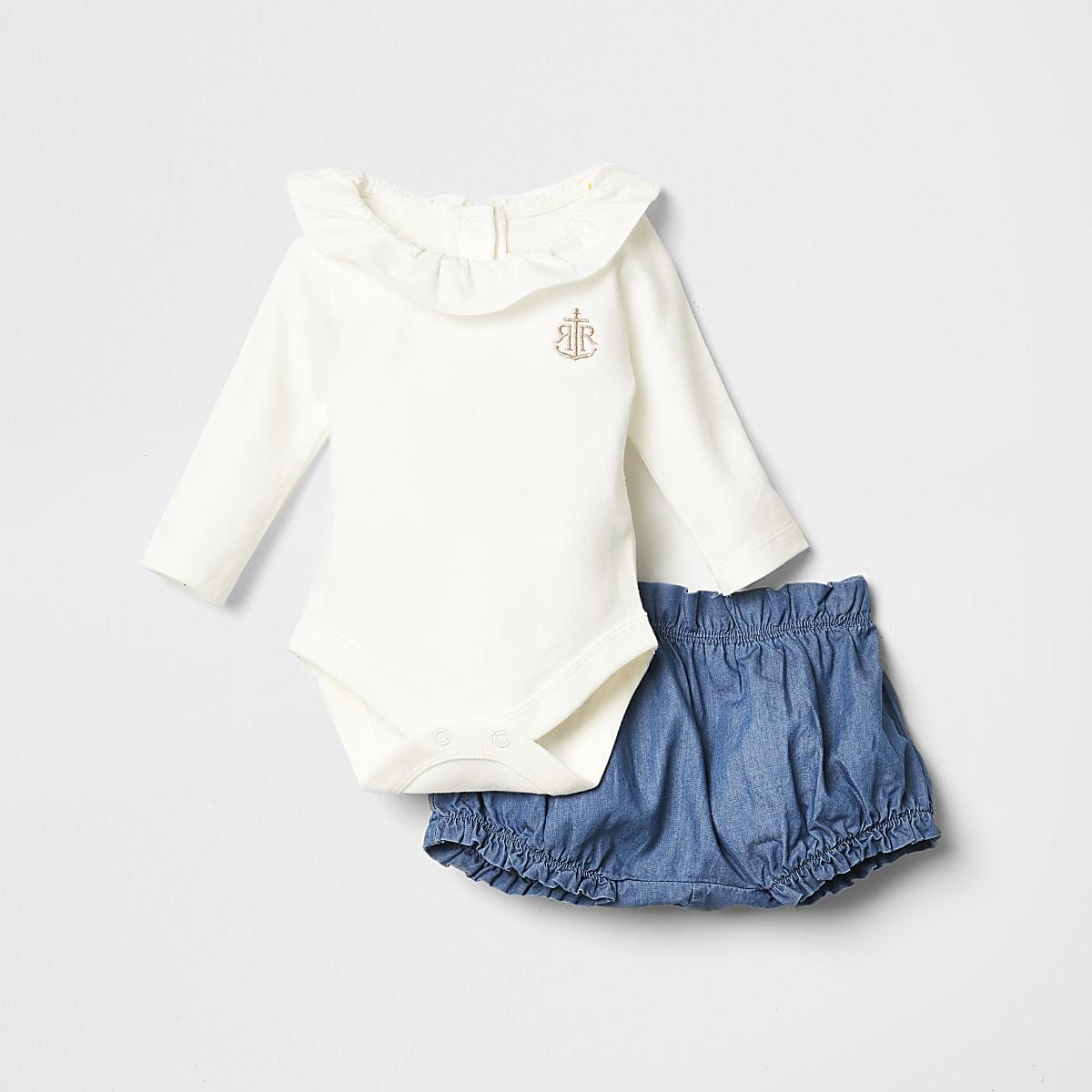 Outfit met wit rompertje met ruches bij de hals voor baby's