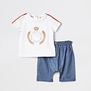 Outfit mit weißem, bedrucktem T-Shirt und Shorts