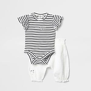 Outfit mit weißem Strampelanzug und Hose