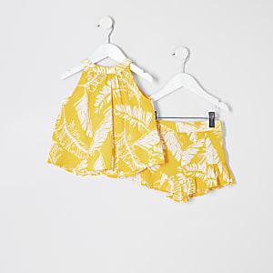 Outfit mit gelbem Oberteil mit Print