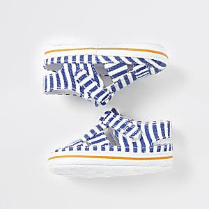 Babyblaue, gestreifte Sandalen