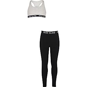 Outfit mit grauem Crop Top und Leggings