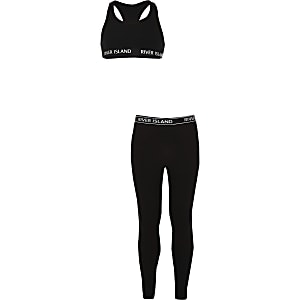 Outfit mit schwarzem Oberteil mit Ringerrücken