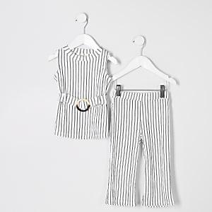 Outfit mit weißer, gestreifter Tunika