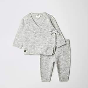 Baby-Outfit mit grauer Strickjacke in Wickeloptik