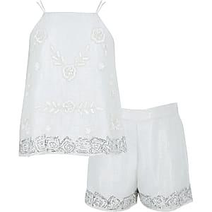 Outfit mit weißem, paillettenverzierten Trägertop