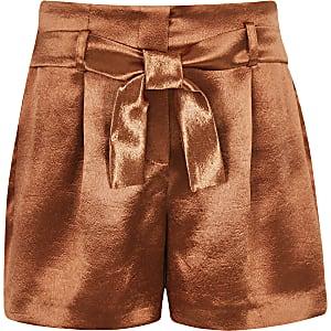 Rostrote Shorts aus Satin