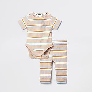 Outfit met beige gestreept rompertje voor baby's