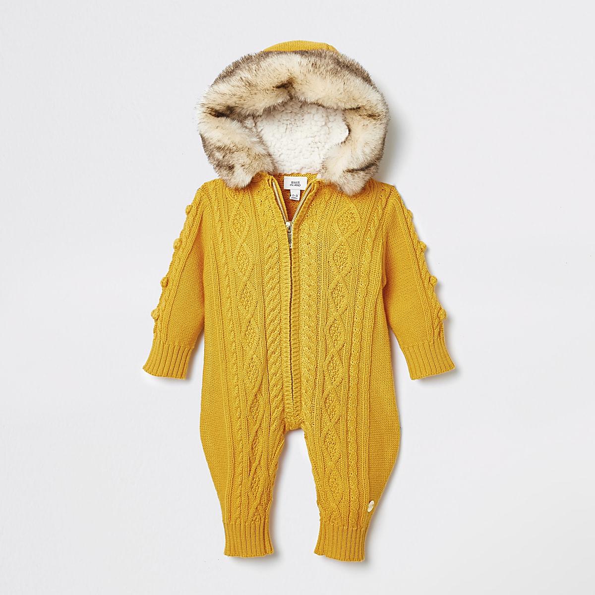 Geel rompertje met kabel breipatroon voor baby's