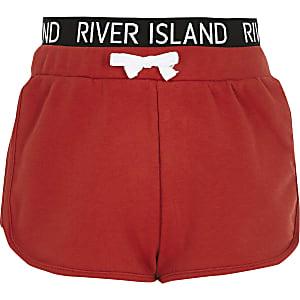 Rode hardloopshort met RI-logo op de tailleband voor meisjes