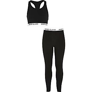 Outfit mit schwarzem Crop Top und Leggings