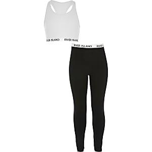 Outfit mit weißem Crop Top und Leggings