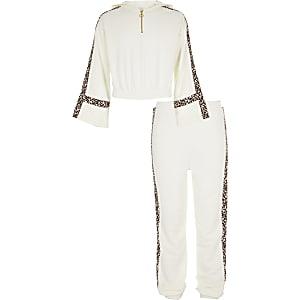Outfit mit weißem Hoodie mit Leoparden-Print