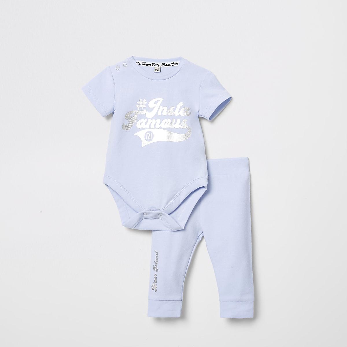 Outfit met blauw rompertje met #Instafamous-print voor baby's