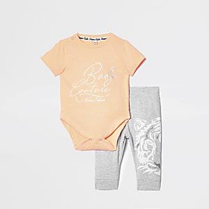 Outfit met oranje rompertje met 'baby couture'-print voor baby's