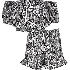 Outfit met grijze bardottop met slangenprint