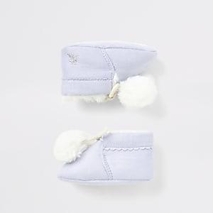 Blaue Babyschüchen mit Kunstfellbommeln