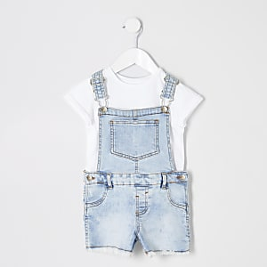Outfit mit hellblauer Denim-Latzhose