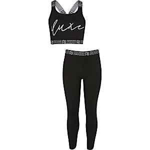 Outfit mit schwarzem Crop Top