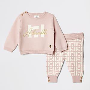Outfit met roze pullover met 'Adorable'-tekst en RI-monogram voor baby's