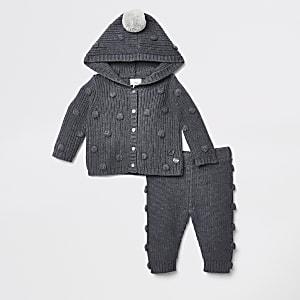 Baby-Outfit mit grauer Strickjacke mit Kapuze